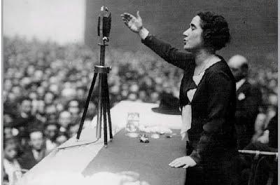 Clara Campoamor durant el seu discurs per aconseguir el vot de les dones.